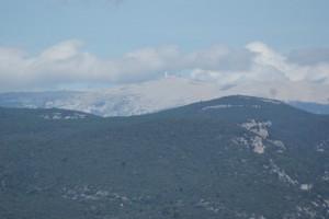 Blik op de Mont Ventoux vanuit de Luberon streek...