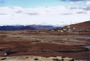 Uitzicht op Mount Everest en de Himalaya keten vanaf het Tibetaans plateau...