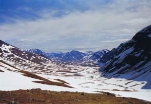 Uitzicht vanaf de Tjaktja bergpas over het dal met de Salka hutten...