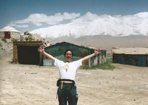 De Wandelgek bij Mount Kongur 7595 m. (achtergrond)