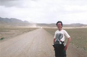 D Wandelgek op de weg naar de winderige Torugart bergpas