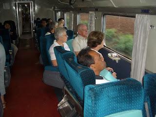 Draaibare banken en grote panorama ramen in de trein...