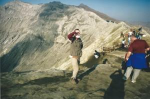 De Wandelgek op de kraterrand van de Bromo...