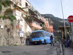 Blauwe SITA bussen rijden vanaf Salerno langs de Amalfitaanse kust...