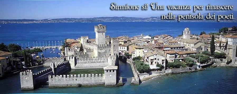 """Het kasteel """"Rocca Scaligeri"""" en een deel van het oude centrum van Sirmione..."""