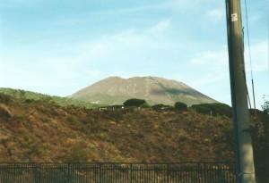 De Vesuvius steekt hier uit boven de rand van de krater van de veel oudere Monte Somma vulkaan...