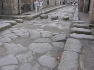 De straten van Pompeii met stenen zebrapad...