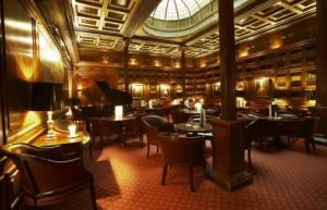 Prachtige bar in een 19e eeuwse bibliotheek-stijl...