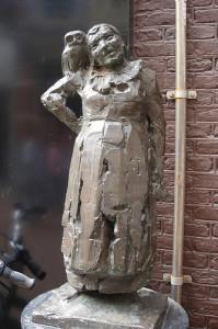 Kees Verkade maakt dit beeldhouwwerk van Malle Babbe...