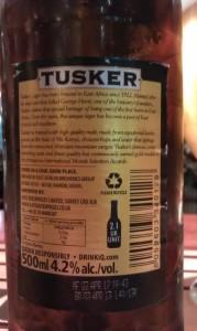Achteretiket van Tusker bier...