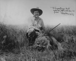 Ernest Hemingaway met een dode leeuw als jachttrofee...