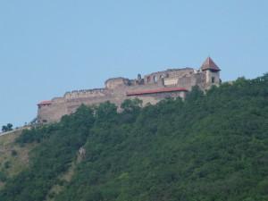 De burcht torent hoog boven de Donau uit...