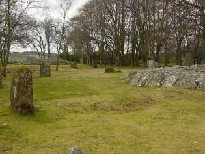 Recht opstaande stenen en een Cairn of grafheuvel...