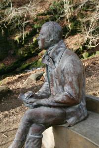 Robert Burnes zittend op bankje...