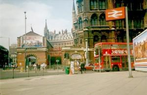De beroemde rode dubbeldekkerbus voor Kings Cross/Saint Pancras Station...