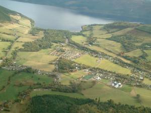 Luchtfoto van Drumnadrochit en een deel van Loch Ness...