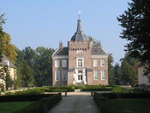 Voorzijde van Kasteel Merckenburg of Kasteel Heukelum...