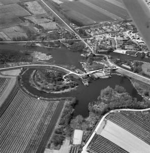 Luchtfoto met op de voorgrond Fort Asperen en meer naar achteren het dorpje Asperen...