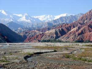 De Kongur bergketen gezien vanaf de Karakoram Highway arriverend vanuit Kashgar...