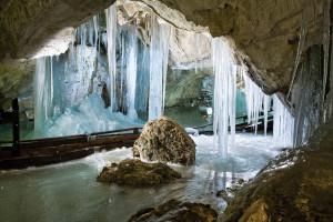 Prachtige ijsconstructies in grote grotten...