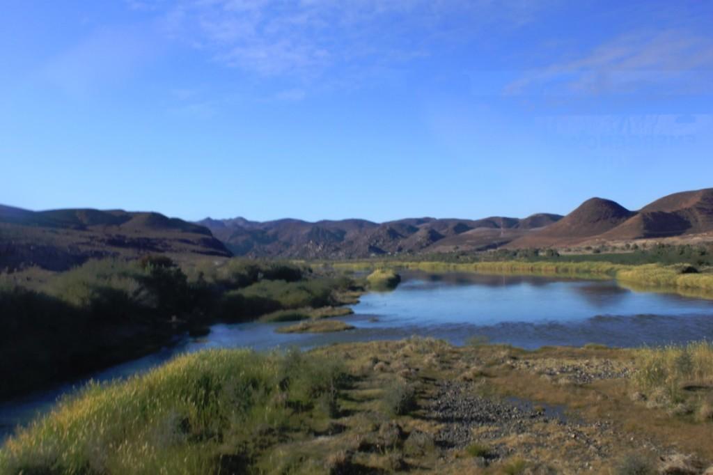 De Oranje rivier bij de grens tussen Vioolsdrift in Zuid Afrika en Noordoever in Namibie